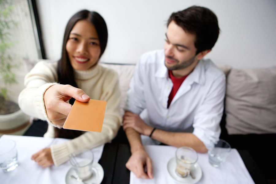 When to Pay on a Date… A Girl's Guide