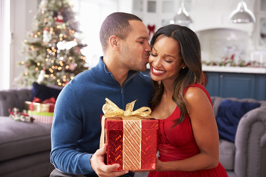 New Relationship's First Christmas Gift-Giving Tips